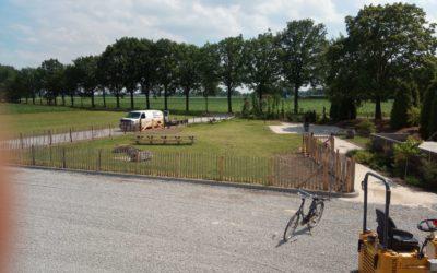 Terras 20 x 30 tegels en grasveld omheining 07-2019